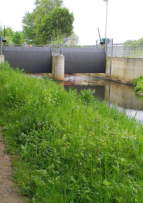 Wehr des Erftflutkanals, darüber das Aquädukt der Kleinen Erft