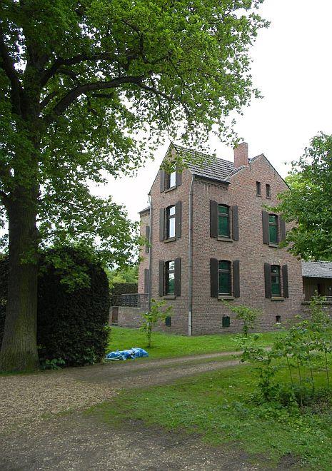 Das Forsthaus Kerpen liegt am Rand des Naturschutzgebietes Kerpener Bruch.